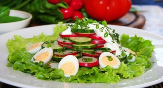 летний салат на тарелке
