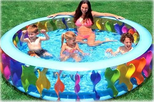 дети и мама купаются в бассейне